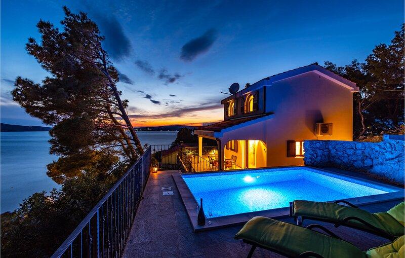 Beautiful home in Novigrad with Outdoor swimming pool and 2 Bedrooms (CDA735), casa vacanza a Novigrad