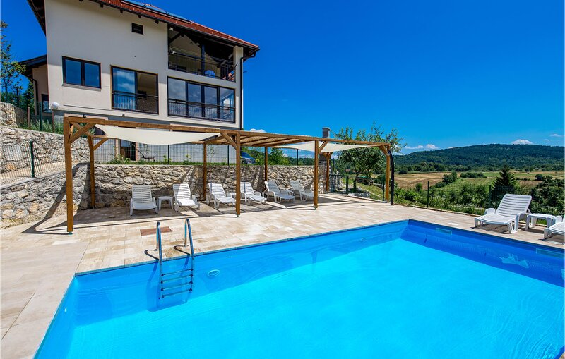Amazing apartment in Rakovica with WiFi, Outdoor swimming pool and 1 Bedrooms (C, location de vacances à Ostarski Stanovi
