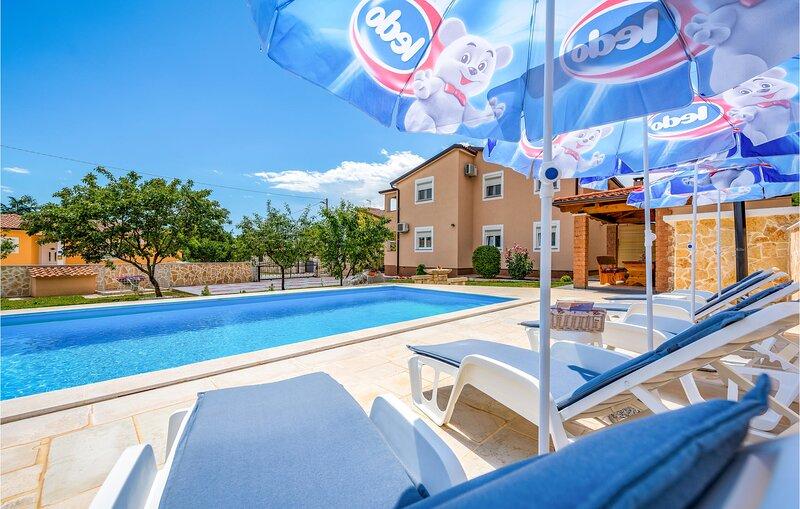 Nice home in Porec with WiFi and 3 Bedrooms (CIE877), alquiler vacacional en Zbandaj
