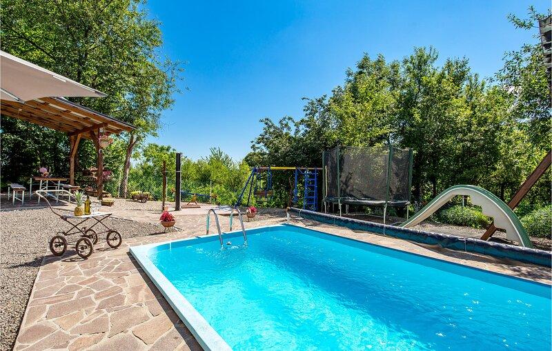 Nice home in Plaski with WiFi and 4 Bedrooms (CKB181), alquiler vacacional en Plaski