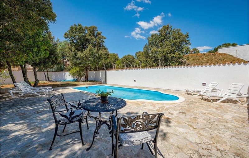 Beautiful home in Pavicini with Outdoor swimming pool and 3 Bedrooms (CIO225), casa vacanza a Peruski
