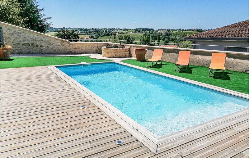 Amazing home in Castelnaud sur Gupie with Outdoor swimming pool and 4 Bedrooms (, holiday rental in Sainte-Gemme