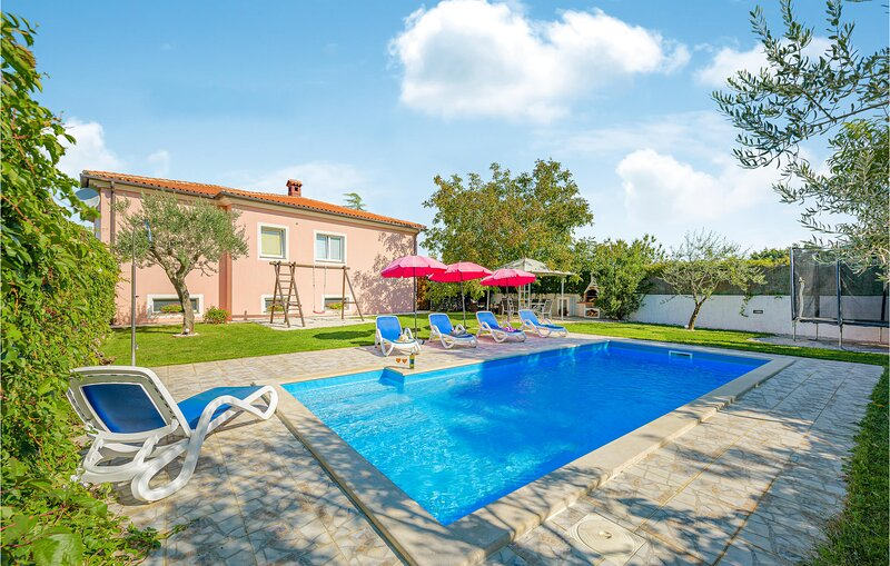 Amazing home in Kanfanar with WiFi and 3 Bedrooms (CIL882), vacation rental in Smoljanci
