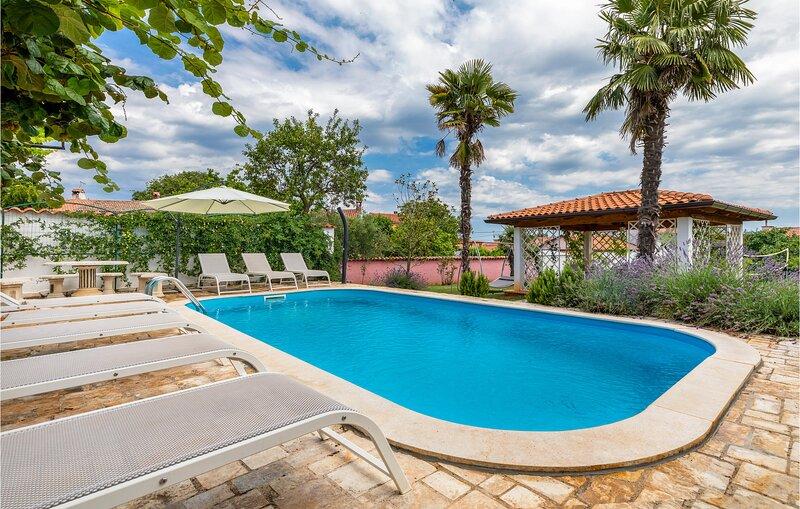 Nice home in Kastelir with WiFi and 3 Bedrooms (CIL415), holiday rental in Kastelir
