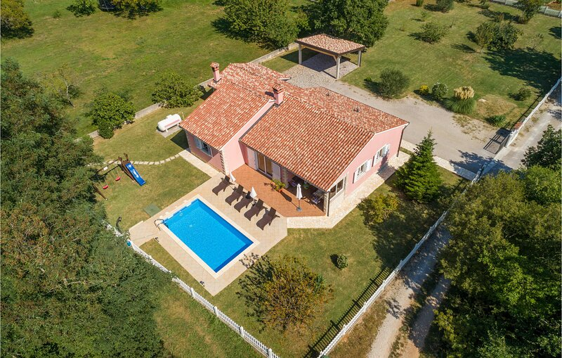 Stunning home in Vinez with WiFi and 3 Bedrooms (CIK538), casa vacanza a Vinez