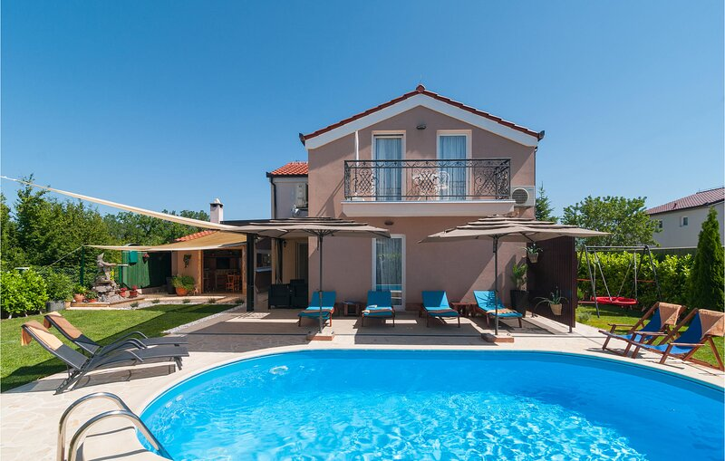 Nice home in Dicmo with WiFi and 4 Bedrooms (CDE843), holiday rental in Dugopolje