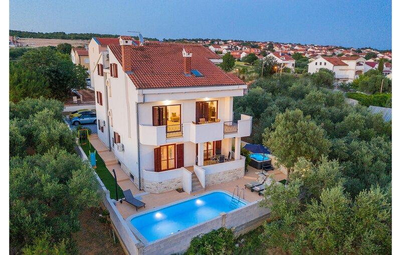 Awesome home in Sv.Filip i Jakov with Sauna, WiFi and 5 Bedrooms (CDA352), location de vacances à Sveti Filip i Jakov