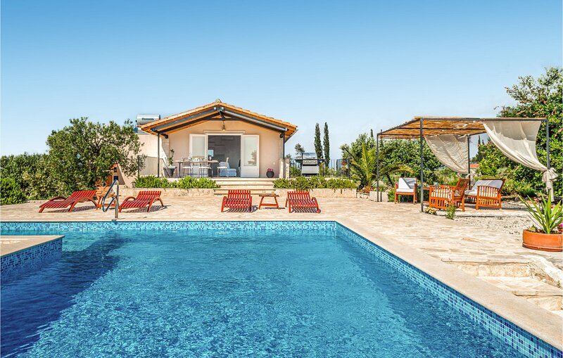 Awesome home in Sutivan with WiFi and 3 Bedrooms (CDB343), casa vacanza a Lozisce