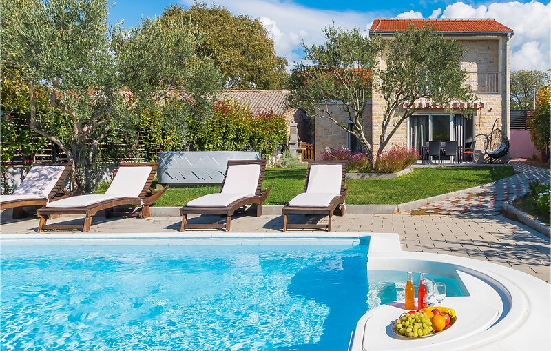 Amazing home in Sibenik with WiFi and 2 Bedrooms (CDJ225), casa vacanza a Bilice