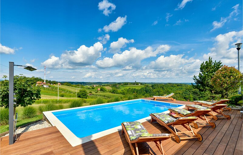 Stunning home in Bedenica with Outdoor swimming pool, Jacuzzi and Sauna (CCC153), location de vacances à Sveti Martin