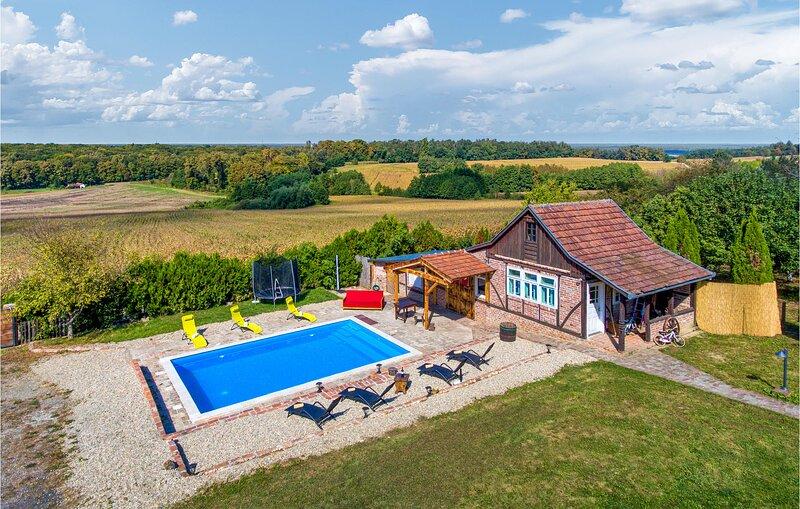 Beautiful home in Sveti Ivan Zabno with Sauna, WiFi and 3 Bedrooms (CCC122), location de vacances à Sveti Martin