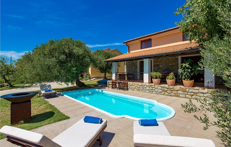 Beautiful home in Palit with WiFi and 3 Bedrooms (CKR373), holiday rental in Mundanije