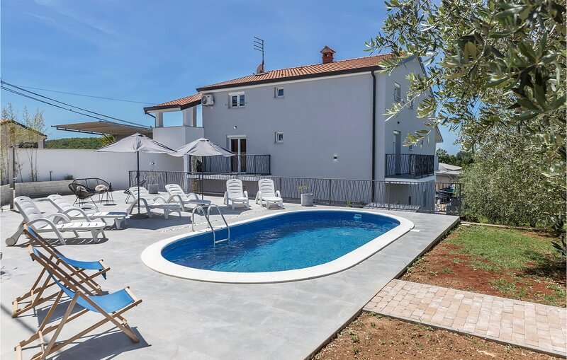 Stunning home in Porec with 2 Bedrooms (CIE514), holiday rental in Fuskulin