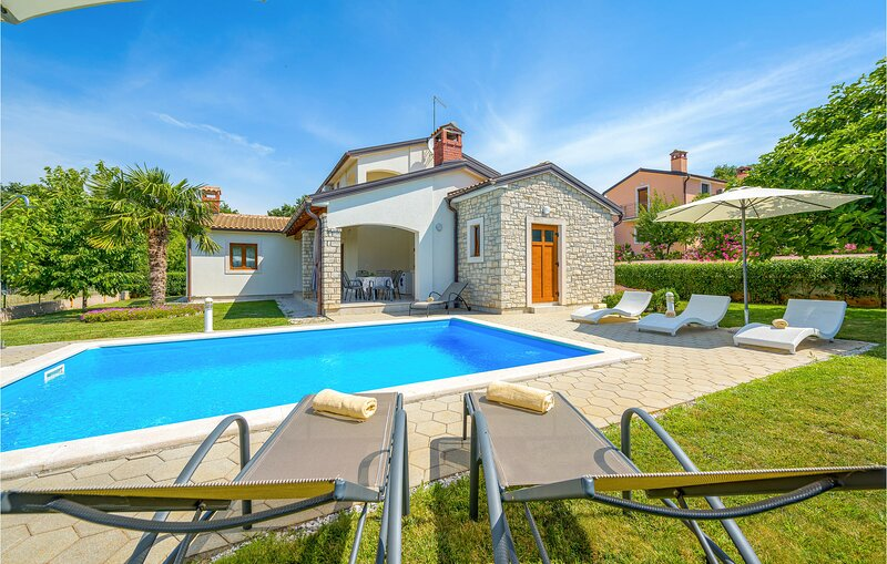 Nice home in Kmacici with Outdoor swimming pool, WiFi and 3 Bedrooms (CIL997), holiday rental in Mofardini