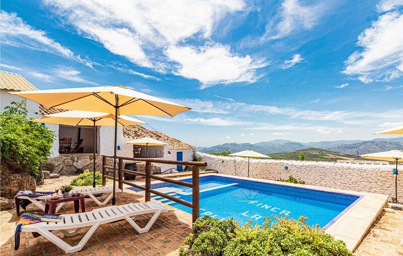 Nice home in Malaga with Outdoor swimming pool, WiFi and 7 Bedrooms (EAS508), aluguéis de temporada em Alfarnate