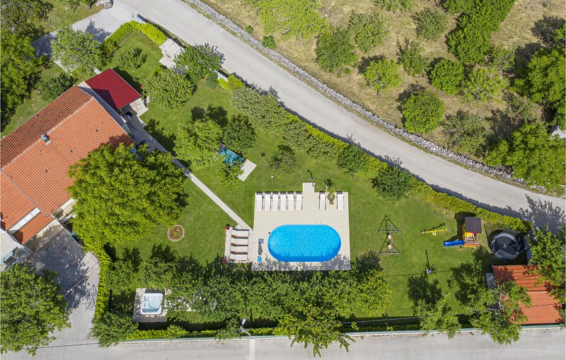 Awesome home in Imotski with WiFi, 5 Bedrooms and Jacuzzi (CDE112), location de vacances à Posusje