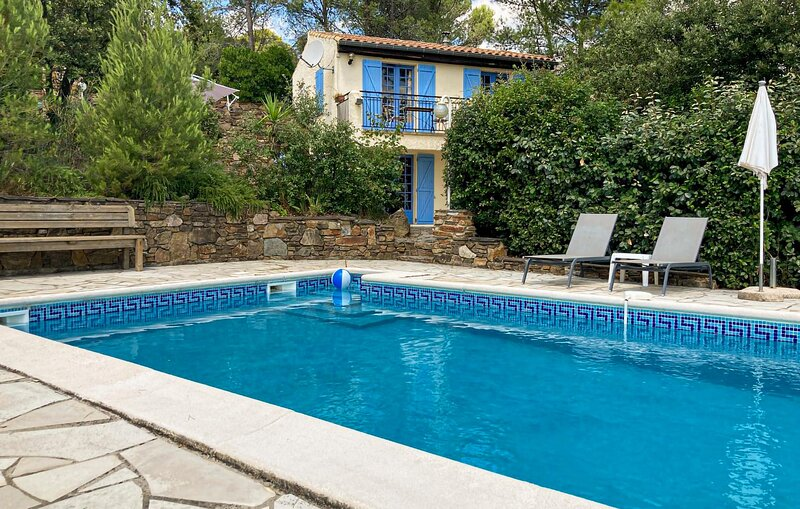 Stunning home in Prades sur Vernazobre with Outdoor swimming pool, WiFi and 2 Be, location de vacances à Saint-Chinian