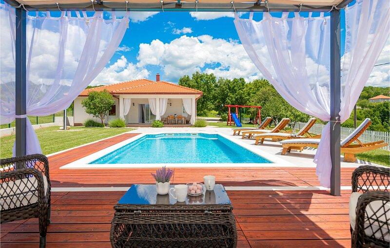 Beautiful home in Gornji Vinjani with WiFi and 3 Bedrooms (CDE856), location de vacances à Posusje
