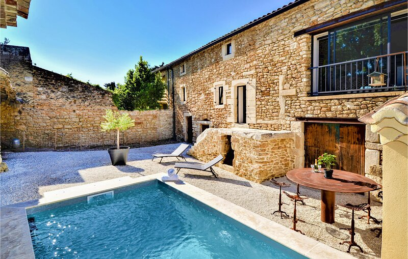 Stunning home in Suze la Rousse with Outdoor swimming pool and 3 Bedrooms (FPD31, location de vacances à Chabrières