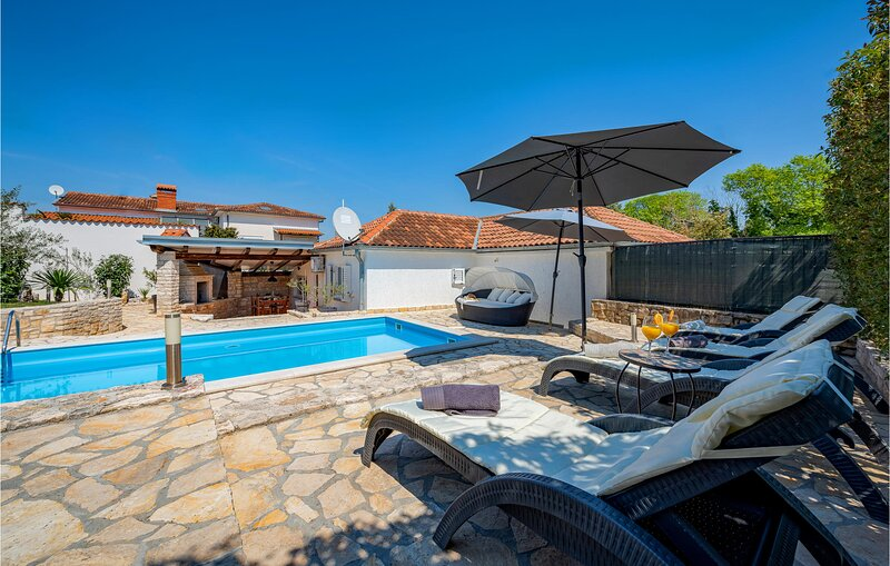 Awesome home in Kanfanar with WiFi and 3 Bedrooms (CIV217), casa vacanza a Golas