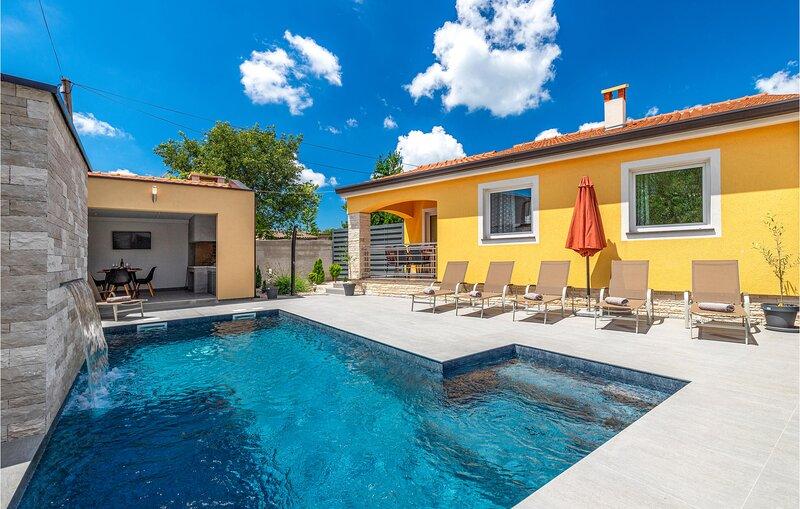 Nice home in Porec with WiFi and 3 Bedrooms (CIE819), alquiler vacacional en Zbandaj