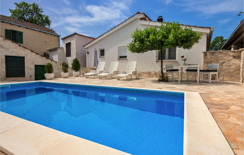 Amazing home in Desne with Outdoor swimming pool and 1 Bedrooms (CDR431), casa vacanza a Opuzen