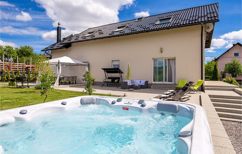 Stunning home in Ravna Gora with Jacuzzi, WiFi and 5 Bedrooms (CKB239), location de vacances à Donji Vuksici