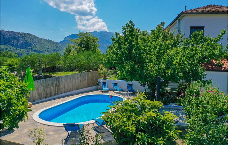 Stunning home in Slime with WiFi and 3 Bedrooms (CDE238), casa vacanza a Slime