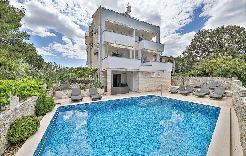 Awesome home in Okrug Donji with Outdoor swimming pool, WiFi and 10 Bedrooms (CD, aluguéis de temporada em Okrug Donji