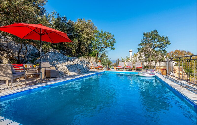 Awesome home in Ploce with Outdoor swimming pool and 2 Bedrooms (CDR348), alquiler vacacional en Vid