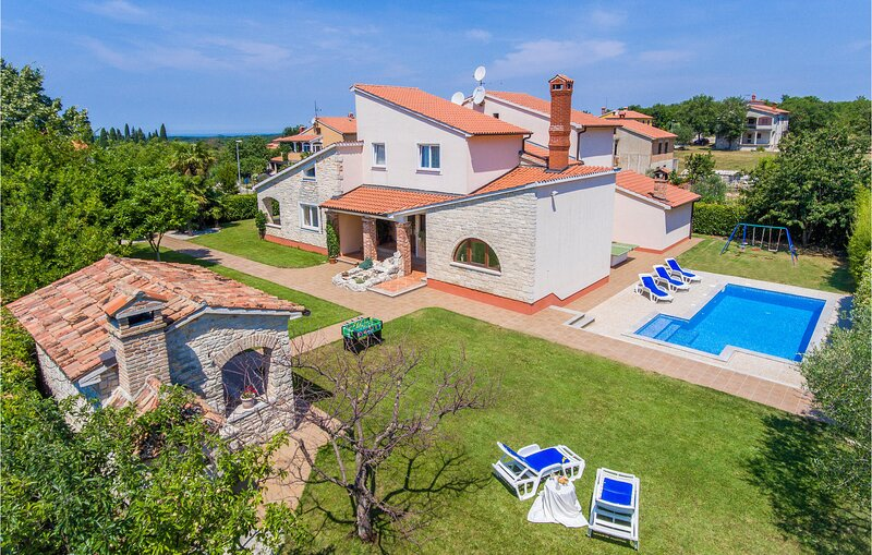 Awesome home in Sv.Lovrec with WiFi and 4 Bedrooms (CIL486), location de vacances à Sveti Lovrec