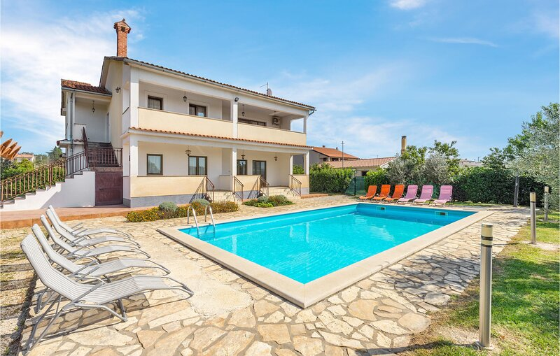 Amazing home in Visnjan with WiFi and 6 Bedrooms (CIL712), casa vacanza a Fabci