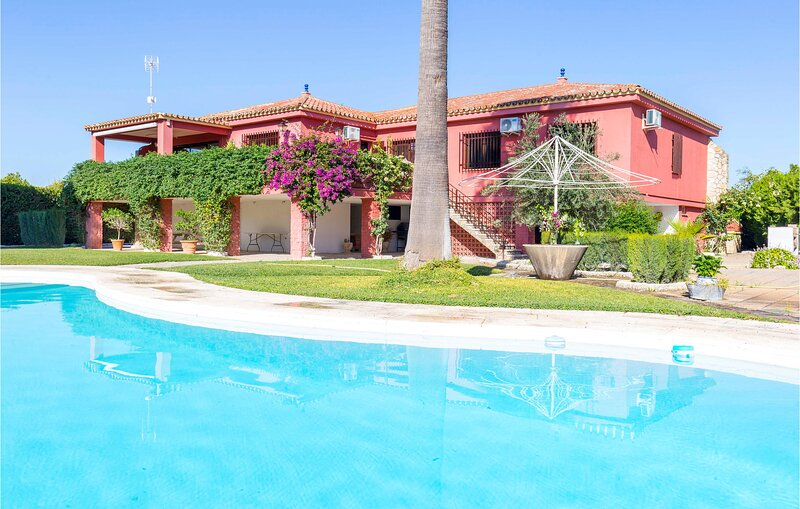 Amazing home in Morón de la Frontera with WiFi, Outdoor swimming pool and 5 Bed, holiday rental in Marchena