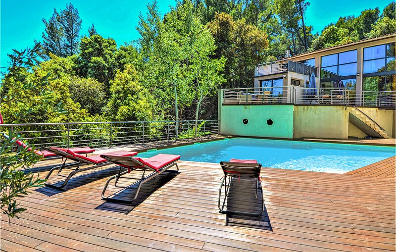 Stunning home in Sauveterre with Outdoor swimming pool, WiFi and 4 Bedrooms (FLG, location de vacances à Châteauneuf-du-Pape