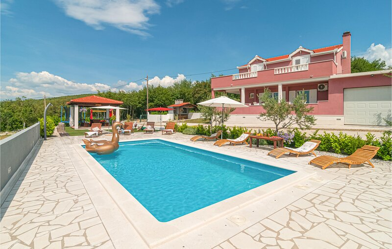 Stunning home in Dugopolje with WiFi, 4 Bedrooms and Outdoor swimming pool (CDC1, holiday rental in Dugopolje