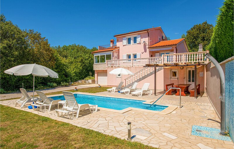 Beautiful home in Vinez with WiFi and 3 Bedrooms (CIK612), casa vacanza a Vinez