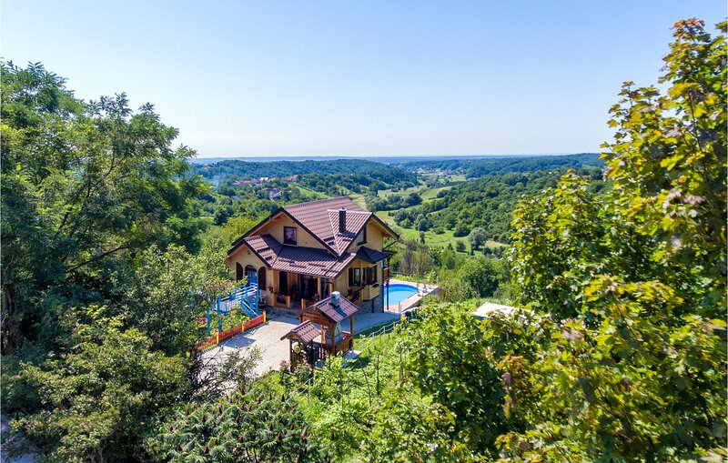 Beautiful home in Donja Zelina with Outdoor swimming pool and 3 Bedrooms (CCC089, location de vacances à Sveti Martin