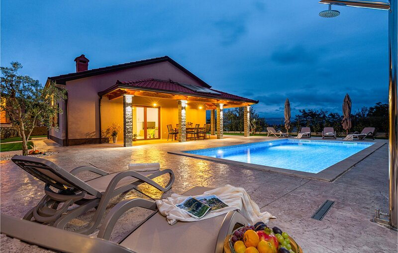 Beautiful home in Buzet with Outdoor swimming pool and 3 Bedrooms (CIC036), holiday rental in Sovinjak