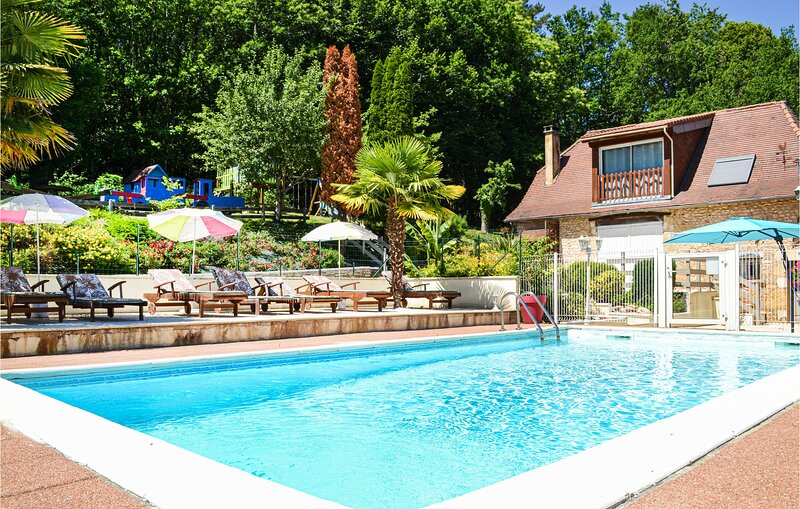 Stunning home in Blis et Born with WiFi and 4 Bedrooms (FAD295), vacation rental in Saint-Antoine-d'Auberoche