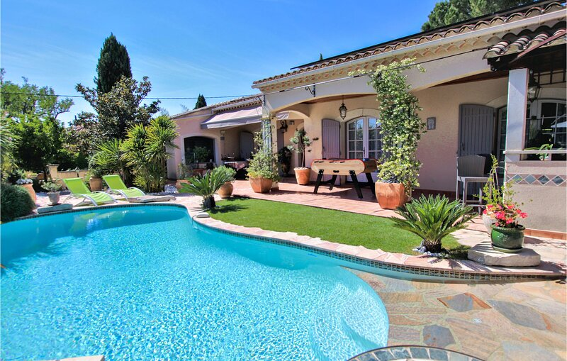 Nice home in Les Angles with WiFi and 3 Bedrooms (FLG416), location de vacances à Les Angles