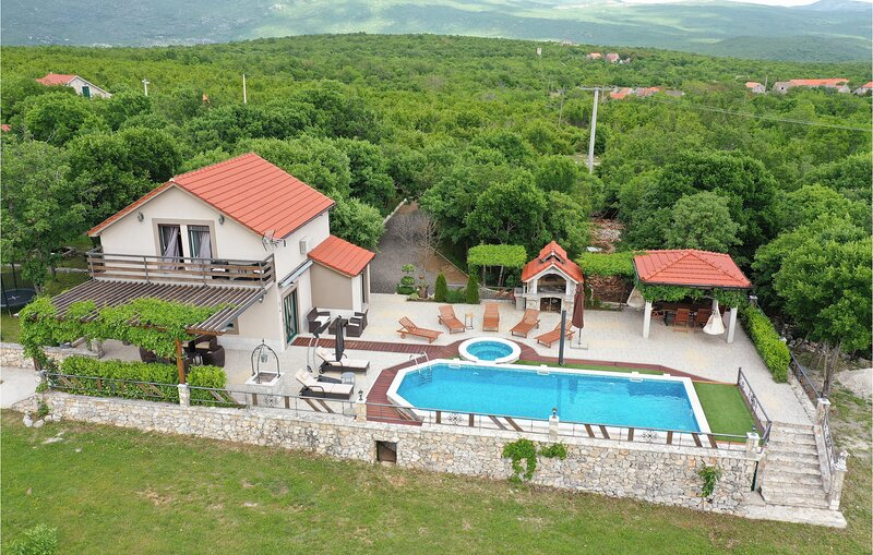 Amazing home in Grab with Outdoor swimming pool, WiFi and 3 Bedrooms (CDC346), casa vacanza a Vedrine