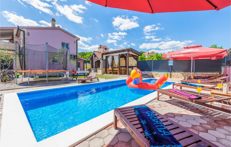 Stunning home in Hrvace with WiFi and 4 Bedrooms (CDE148), holiday rental in Vrlika