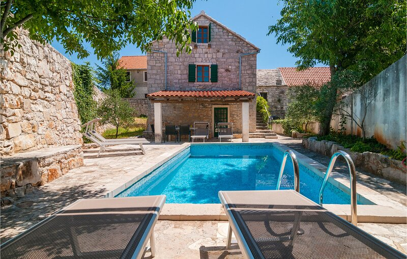 Amazing home in Gornji Humac with WiFi and 3 Bedrooms (CDB386), casa vacanza a Gornji Humac
