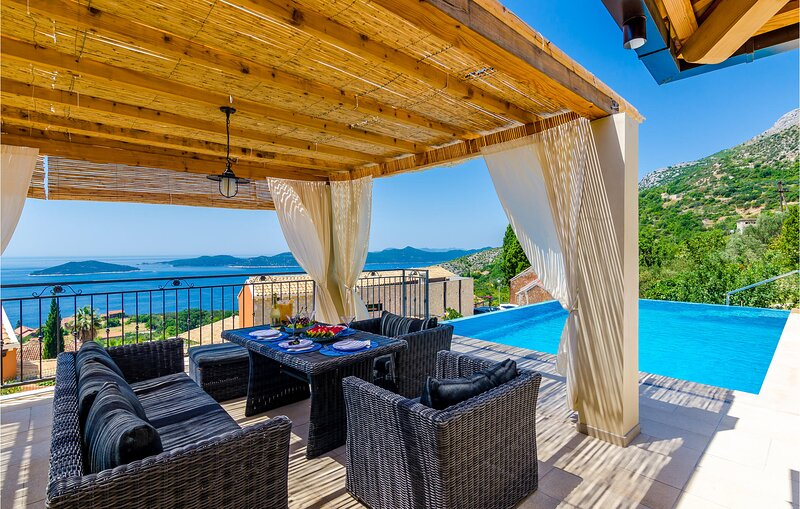 Nice home in Brsecine with WiFi and 3 Bedrooms (CDD685), casa vacanza a Brsecine