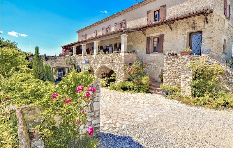 Amazing apartment in St. Paulet de Caisson with Outdoor swimming pool, WiFi and, alquiler vacacional en St Just d'Ardeche