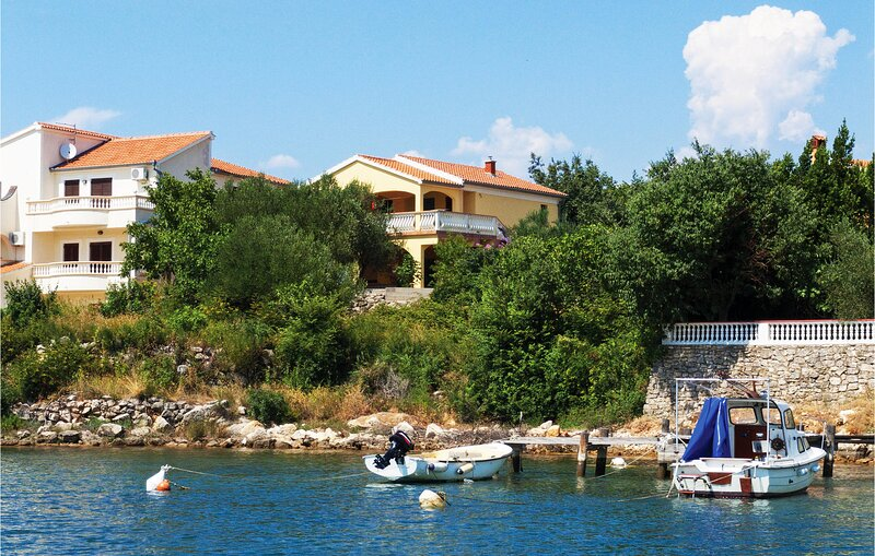 Stunning home in Krusevo with WiFi and 4 Bedrooms (CDZ680), casa vacanza a Pridraga