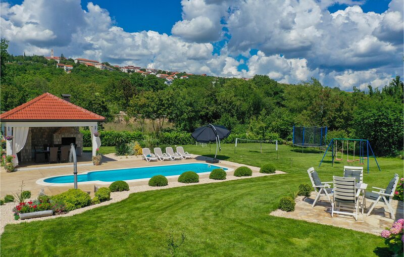 Amazing home in Imotski with WiFi and 4 Bedrooms (CDE726), location de vacances à Imotski