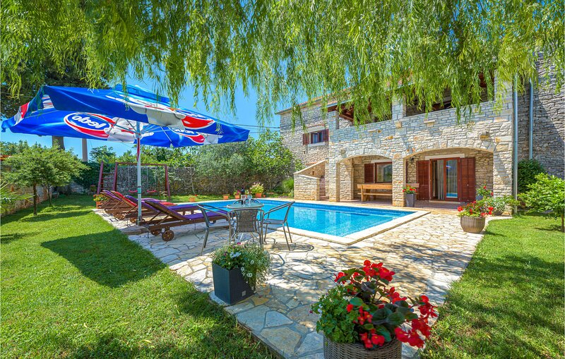 Amazing home in Svetvincenat with WiFi and 5 Bedrooms (CIC302), holiday rental in Cabrunici