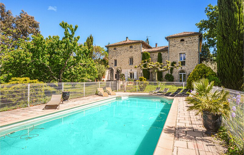 Stunning home in Saint-Ambroix with WiFi and 8 Bedrooms (FLG331), holiday rental in Saint-Victor-de-Malcap