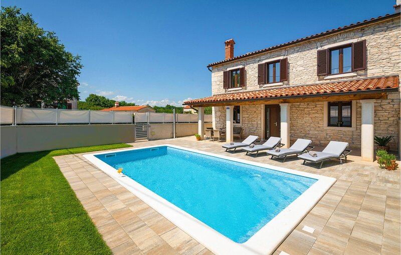 Nice home in Pula with Outdoor swimming pool and 2 Bedrooms (CIC949), holiday rental in Muntic